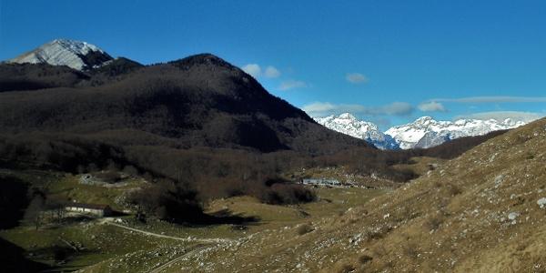 Above the Zapleč Mountain pasture towards the Vrata Mountain pass