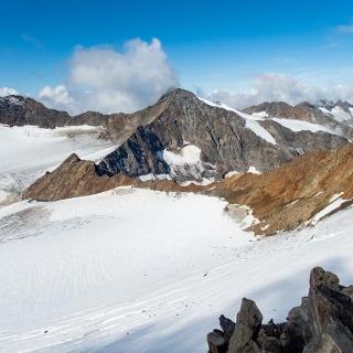 Blick vom Wilden Freiger zur Müllerhütte. Der Abstiegsweg über die rechte Felsflanke ist derzeit wegen Steinschlag gesperrt. Es sollte der Weg über die linke Felsflanke gegangen werden.