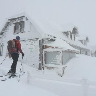 Traisner Hütte tief verschneit
