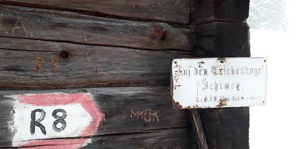 alter Wegweiser auf der Kälberhütte