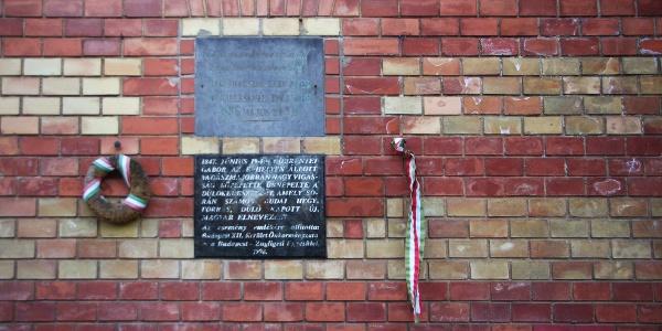A dűlőkeresztelő emléktáblája a Zugligeti Általános Iskola falán
