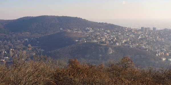 Az Apáthy-szikla és a Látó-hegy tömbje a Kis-Hárs-hegy tetejéről