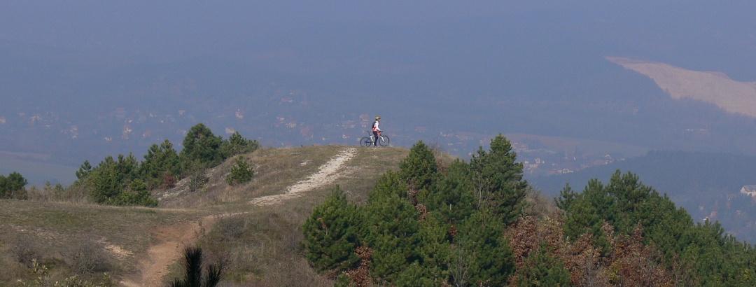 A Nagy-Szénás és Zsíros-hegy között kis kitérővel érhető el ez a kiszögellés