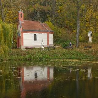 Szűz Mária tiszteletére szentelt kápolna a Borostyán-kút mellett