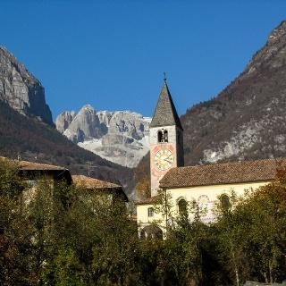Tavodo, il campanile e le Dolomiti di Brenta