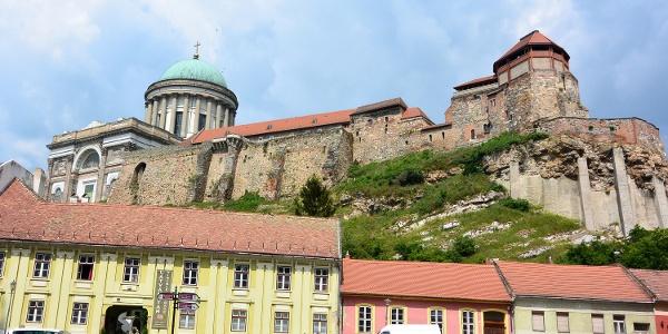Esztergomi látkép, előtérben a Látványtár, mögötte a Bazilika és a vár