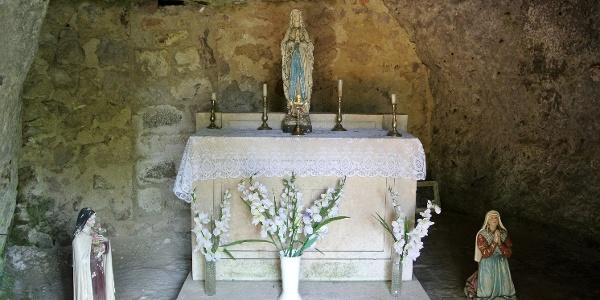 A zebegényi sziklakápolna szentélye