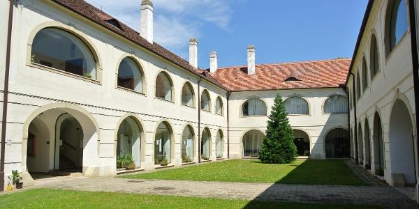 A fertődi Muzsikaház belső kertje
