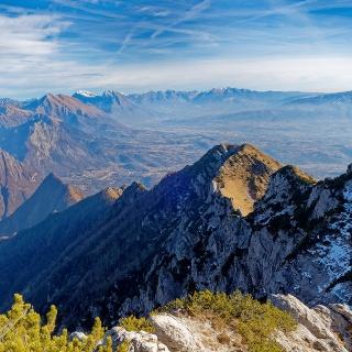 Vista dal Sass de Gnei sul lato nord della lunga Cresta Est del Monte Pizzocco.