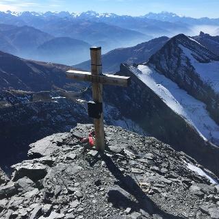 Altels Gipfelkreuz mit Grand Combin und Mont Blanc im Hintergrund