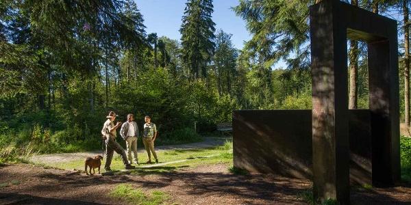 """Skulptur """"Kein leichtes Spiel"""" am WaldSkulpturenweg Wittgenstein - Sauerland"""