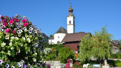 Schlossplatz mit Blick auf die Pfarrkirche Haus
