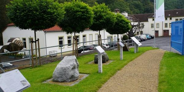 Weg der Gesteine Sachsens mit Blick in das Besucherzentrum