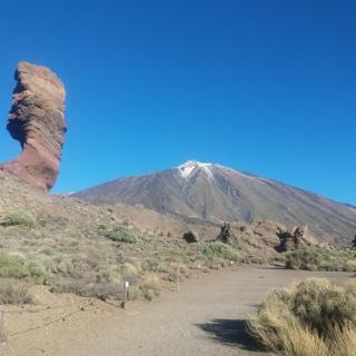 Der Roque Cinchado mit dem Teide im Hintergrund