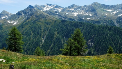Blick aus der Ferne auf Mulleter Sadnig (runder Gipfel links) und Sadnig