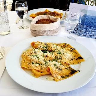 Raviolo mit Käse und Rohschinken