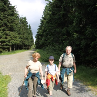 Großeltern und Enkel wandern zusammen auf den Brocken hinauf