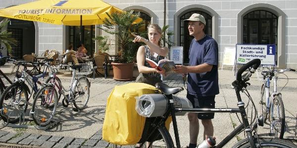 Radler vor der Torgau Information