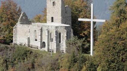 gotische Kirchenruine mit Heimkehrer-Kreuz am Ulrichsberg, Ziel der Gedächtniswanderung bzw. des -laufes - Flugaufnahme - Südostansicht
