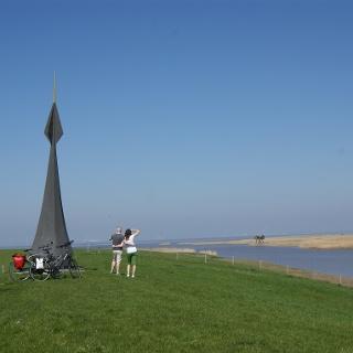 Radfahrer am Grenzübergang in Nieuwe Statenzijl