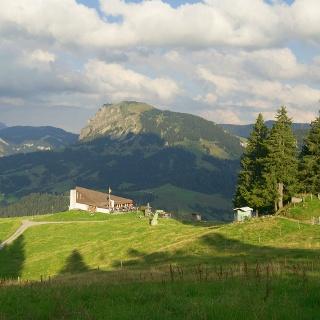 Bergrestaurant First mit Schimbirg rechts und Risetestock links im Hintergrund