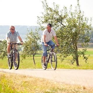 Zwei Radfahrer in Enderndorf am Brombachsee