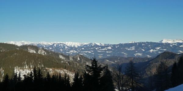 Morgendliches Panorama mit Hochschwab (links) und Veitsch (rechts) beim Aufstieg auf den Aibel