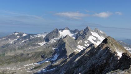 Blick von der Zillerplattenspitze nach Norden in das Herz der Reichenspitzgruppe