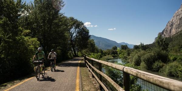 Der Radweg den Fluß Sarca entlang, in Richtung Pietramurata