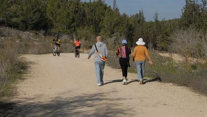 רוכבים בסינגל לצד מטיילים ביער בן שמן
