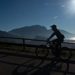 Vista sull'Alto Garda salendo verso Padaro in un pomeriggio d'inverno