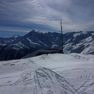 Gipfel mit Zollwachhaus auf dem Chavalatsch mit Ortler im Hintergrund