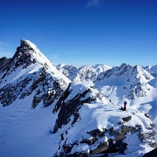 Vom Piz Borel ist die Aufstiegsroute auf den Piz Ravetsch gut einsehbar (immer dem Gratverlauf folgend).
