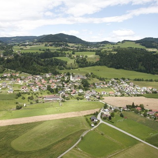 Pulst - Luftbildaufnahme - Südansicht - links die Burgruine Liebenfels