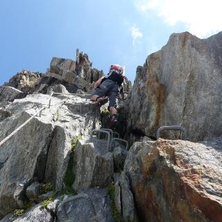 Um zur Gamsscharte zu gelangen, muss im unteren Abschnitt der luftige Klettersteig überwunden werden