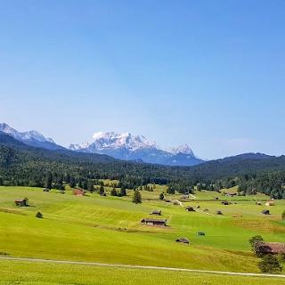 Wunderbare Aussicht auf das Wettersteingebirge mit dem Zugspitzmassiv