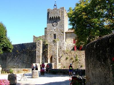 Larressingle mit erhaltener rundum-Stadtmauer