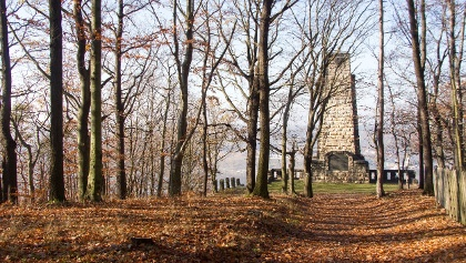 Nach Überschreiten des Windberg-Gipfels liegt das König-Albert-Denkmal vor uns  (Kilometer 2,1)