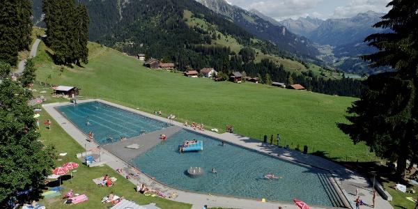 Schwimmbad aus der Vogelperspektive © Marco Schnell, suissedrohne.ch