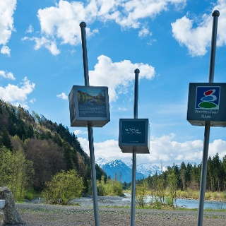 Rastmöglichkeit am Ende des Auwaldsee mit Blick auf die Iller und den Allgäuer Hauptkamm. DIe Stehlen erzählen die Geschichte des Gletschers.