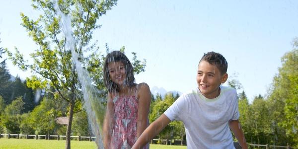 """""""Wasser spuckender Stein"""" im Kurpark in Fischen im Allgäu. Immer ein Vergnügen für die Kinder - und im Sommer eine willkommene Abkühlung"""