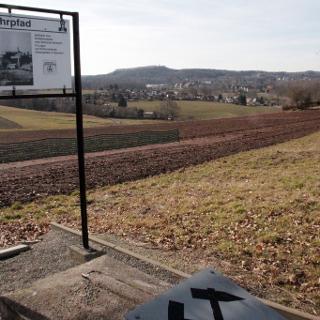 Hinweistafel Bergbaulehrpfad, im Hintergrund Glück-Auf-Turm in Oelsnitz
