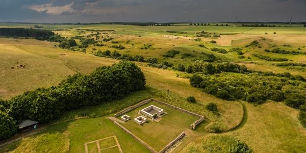 Tempelbezirk Görresburg - ein gallo-römischer Tempelbezirk, der auf einem Hügel am Rande des Urfttals liegt. Er entstand als Matronenheiligtum im 2. - 4. Jahrhundert.