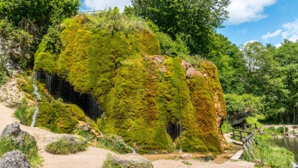 Wasserfall Dreimühlen - der Wasserfall wächst durch die Ablagerungen von kalkhaltigen Zuflüssen des Ahrbaches