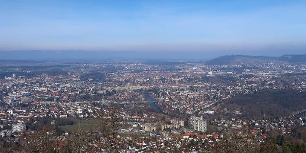 Blick vom Gurtenturm über die Stadt Bern.