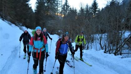 Anmarsch über Forstweg bis zum schneidigen Gipfelgrat.