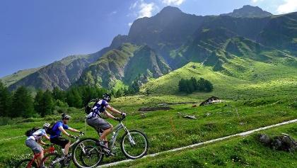 3 cyclistes en route pour le Tour du Mont Blanc