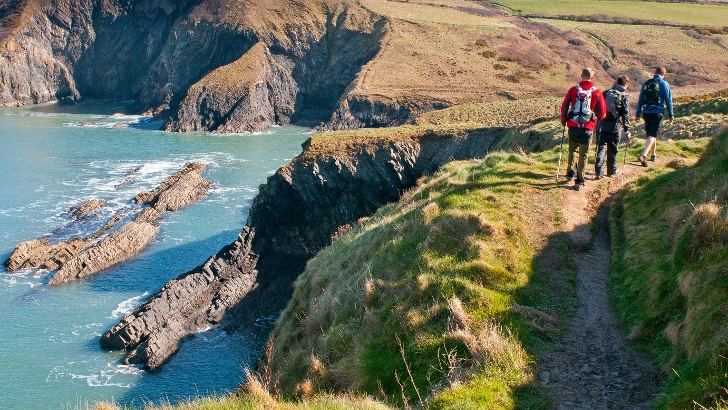 Wanderer im Pembrokeshire Coast Nationalpark