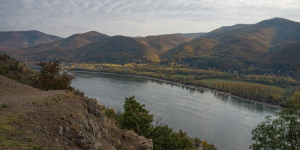 Parádés kilátás a Visegrádi-hegységre a Remete-barlangtól