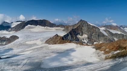 Müllerhütte (Bildmitte) mit Sonnklarspitze (links) und Wilder Pfaff + Zuckerhütl (rechts).